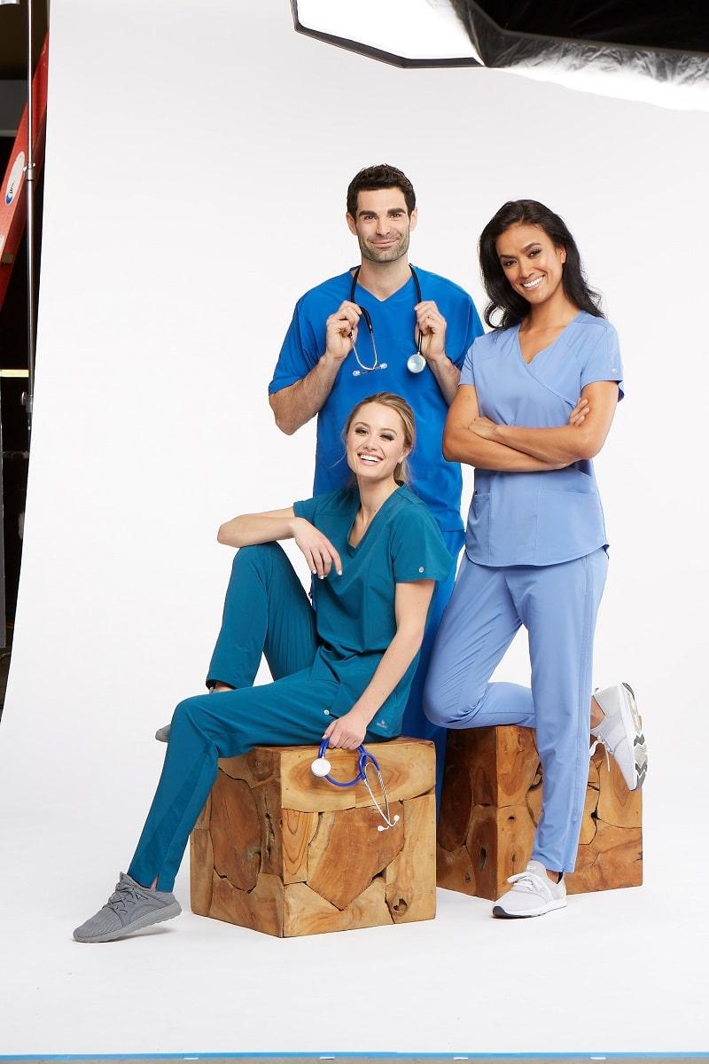Лекари и медицинска сестра със стилно медицинско облекло