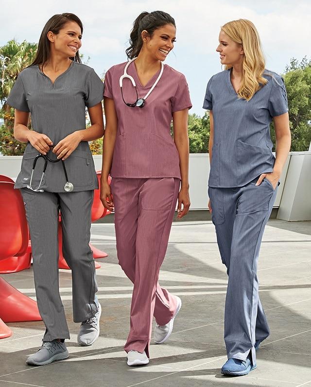 лекарки и сестри в красиво медицинско облекло