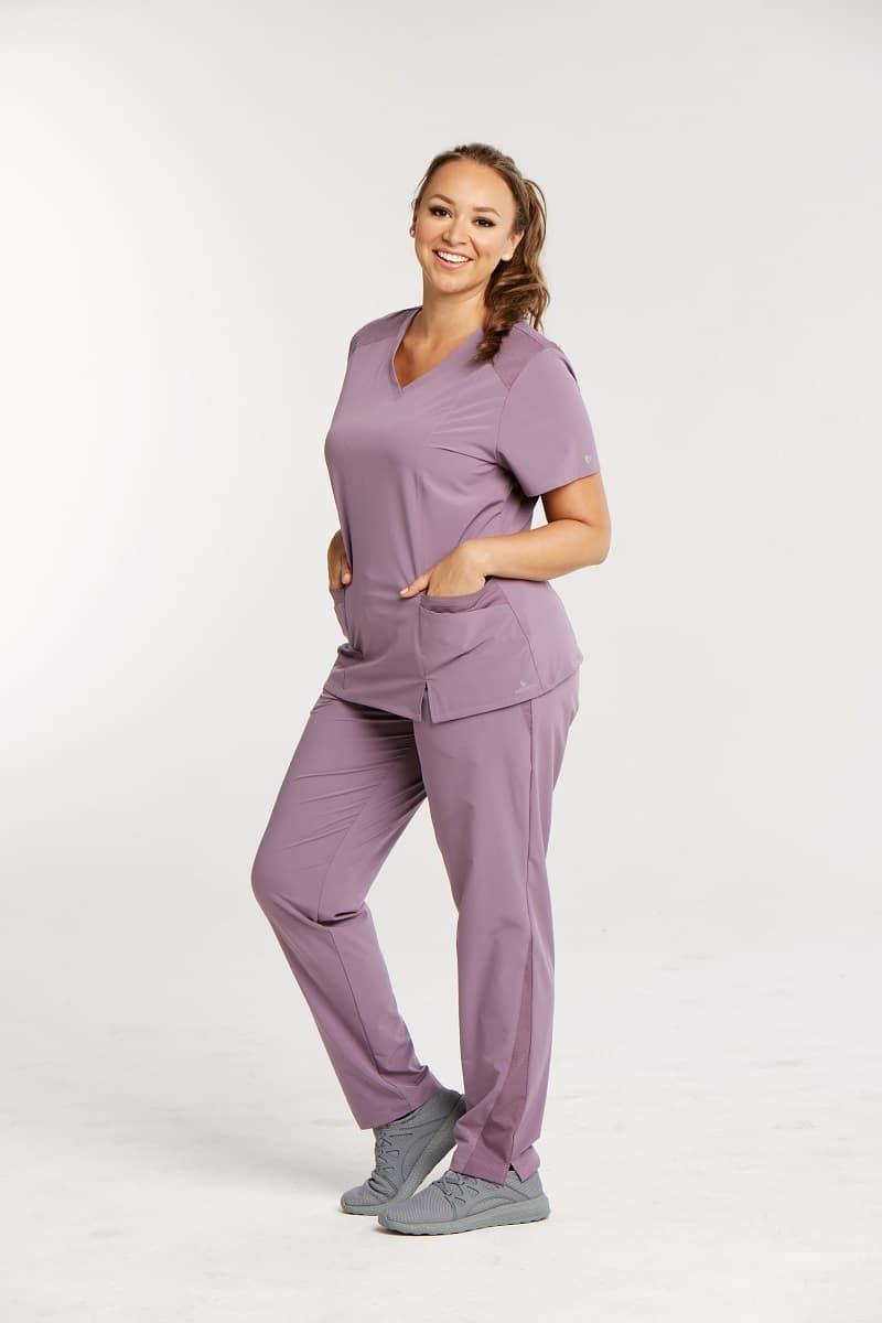 красива усмихната лекарка с медицинска униформа