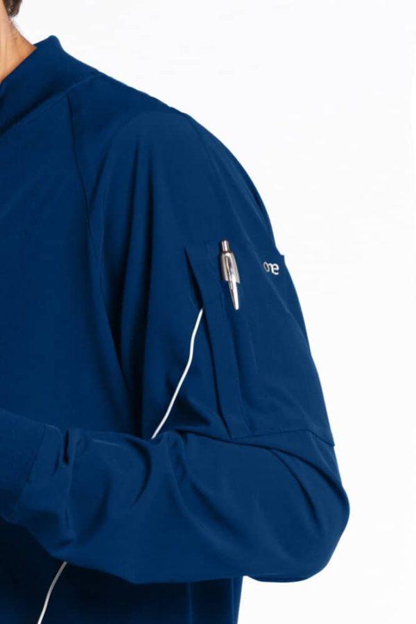 Красив лекар със синьо медицинско яке