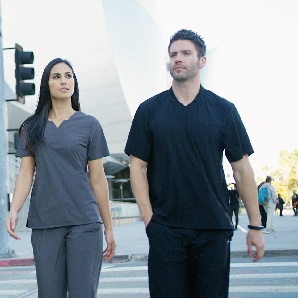 Лекари в медицински униформи