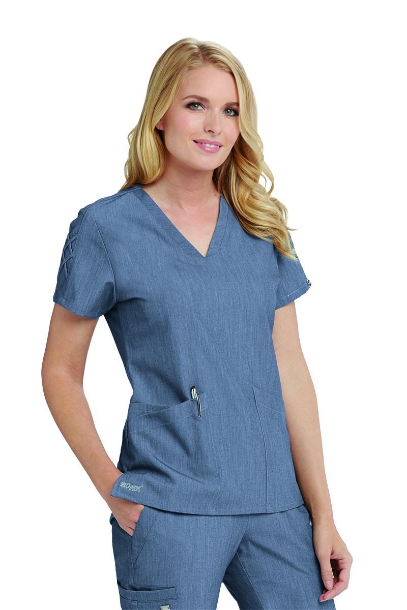 Красива медицинска сестра в синя медицинска туника