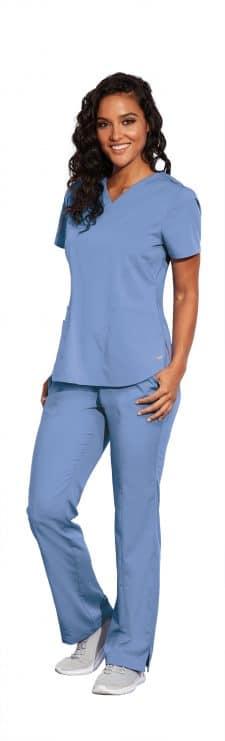 Красива лекарка в синя медицинска туника