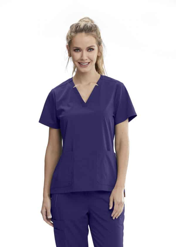 Красива медицинска сестра в лилава медицинска туника
